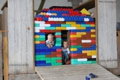 Een huis bouwen van de reuze lego, met een beetje hulp van de papa's