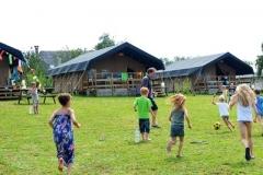 Voetballen op het tentenveld