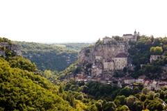 Rocamadour is gebouwd tegen een bergwand. Bovenop ligt het kasteel;