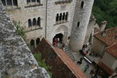 halverwege de Kathedraal, deels uitgehouwen uit de rotswand;