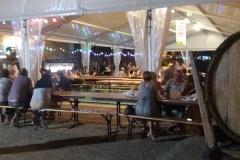 De tafels staan onder de overkapping, voor een gezellige Franse avond