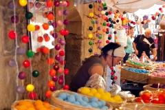Kleurrijke, ambachtelijke marktkraampjes sieren de steegjes