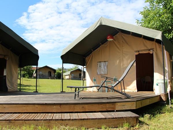 Tent 9 bestaat uit twee tenten, met een terras er tussen.