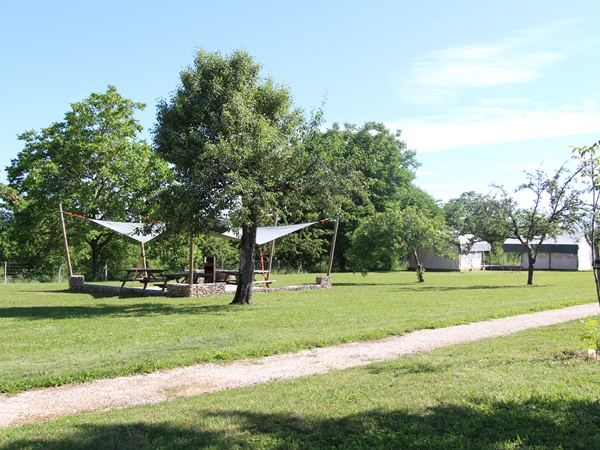 Tent 9 ligt apart van de andere tenten met een terras aan de buitenkant
