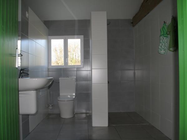 Tent 9 heeft een eigen badkamer in het badgebouw